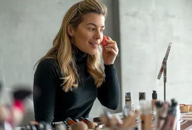 Essence Adventskalender ist ein hochwertiger Kalender mit jeder Menge toller Make-up-Produkte